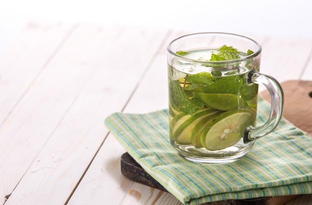 Frutas frescas mistura de água com aroma de limão e manjericão