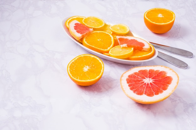 Frutas frescas misturadas. alimentação saudável, dieta saudável. comida saudável de citros