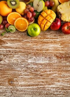 Frutas frescas misturadas em madeira rústica com espaço de cópia