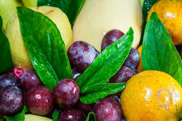 Frutas frescas na cesta em um fundo branco. Foto Premium