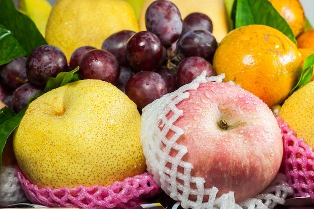 Frutas frescas na cesta em um fundo branco.