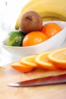 Frutas frescas na mesa da cozinha