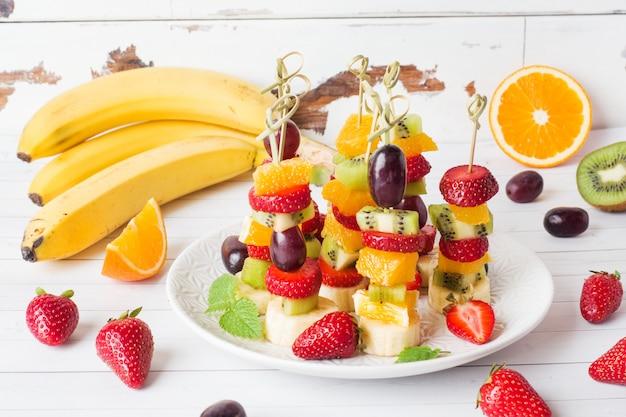 Frutas frescas no espeto.