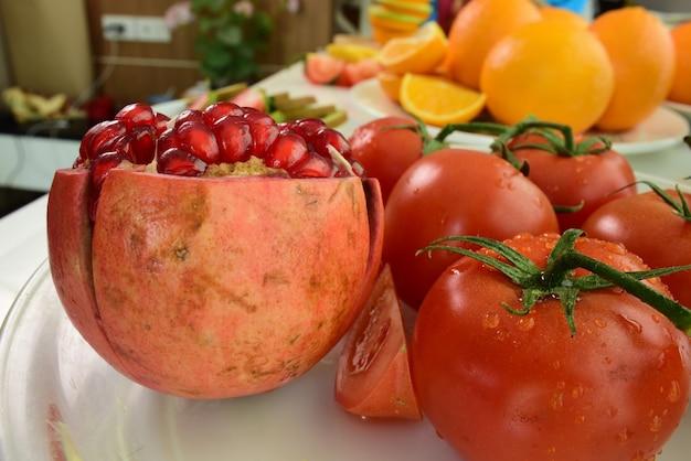 Frutas frescas no fundo branco.