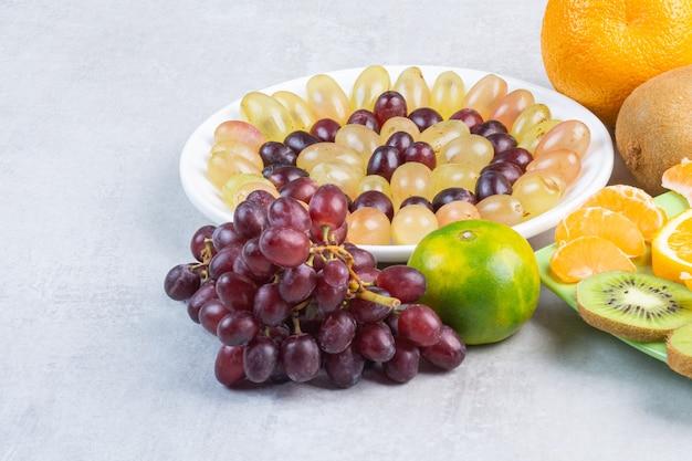 Frutas frescas no prato, na mistura.