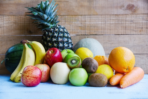 Frutas frescas no verão na mesa de madeira, mistura de frutas