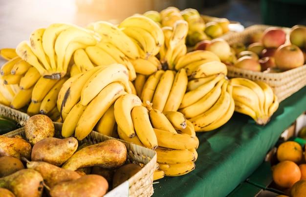 Frutas frescas orgânicas na mesa à venda no supermercado