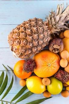 Frutas frescas orgânicas no fundo de madeira. conceito de alimentação saudável, configuração plana