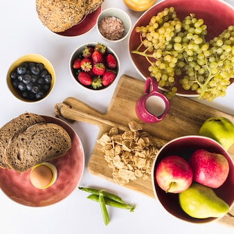 Frutas frescas, pão e leite no fundo branco
