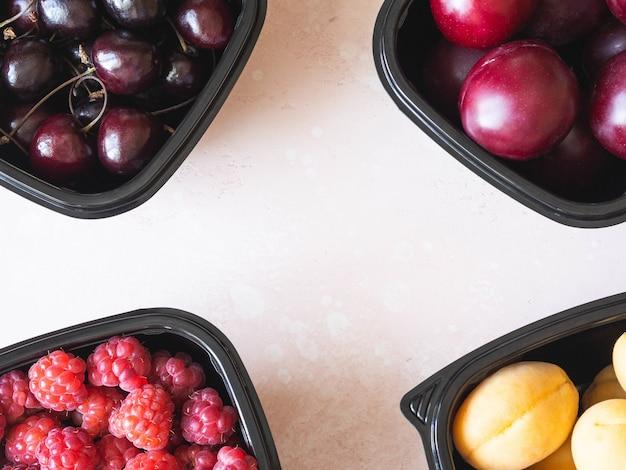 Frutas frescas são embaladas em caixas.