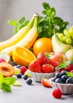 Frutas frescas sortidas e bagas