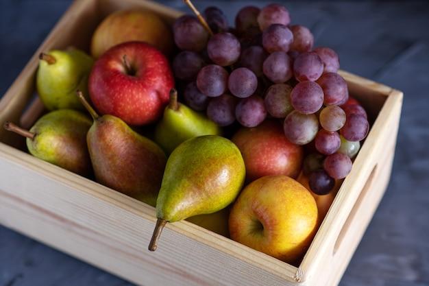 Frutas frescas sortidas em caixa de madeira
