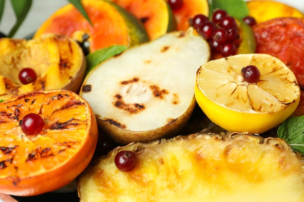 Frutas grelhadas, close-up e foco seletivo.