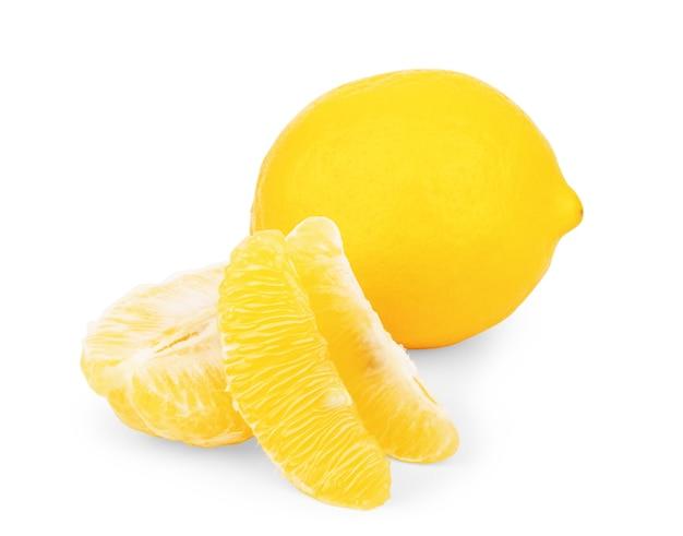 Frutas inteiras e meio limão isoladas no fundo branco