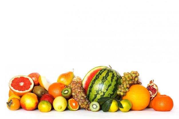 Frutas isoladas no fundo branco.