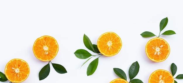 Frutas laranja em fundo branco. frutas cítricas com baixo teor de calorias, alto teor de vitamina c e fibras