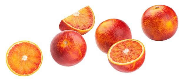 Frutas laranja vermelho sangue caindo isoladas no fundo branco