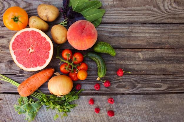 Frutas, legumes dieta em fundo de madeira