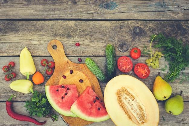 Frutas, legumes em madeira. imagem enfraquecida.