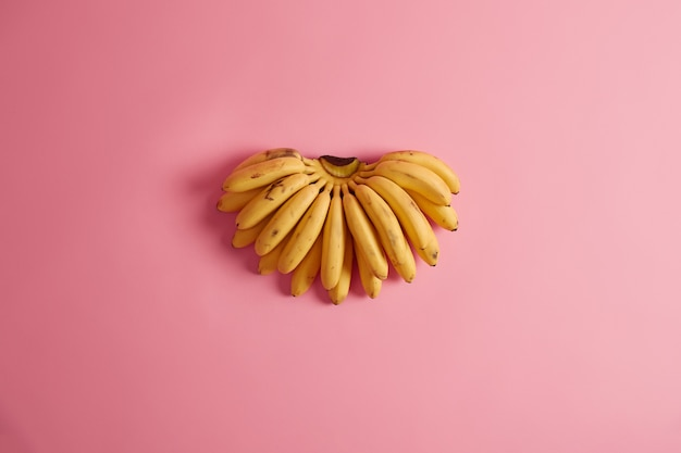 Frutas mais comumente consumidas. cacho de bananas amarelas contendo grande variedade de potássio, vitaminas, minerais e antioxidantes, podem fazer parte do seu estilo de vida saudável. colheita alimentar importante.