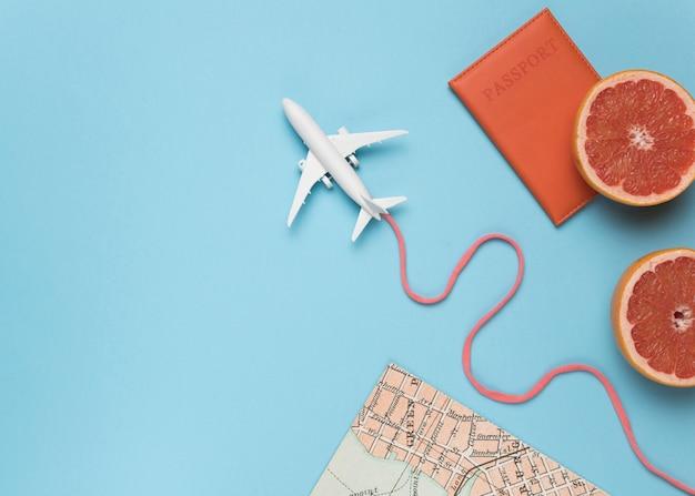 Frutas, mapas e pequeno avião