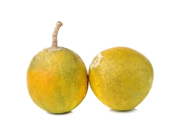 Frutas medicinais bael isoladas no fundo branco
