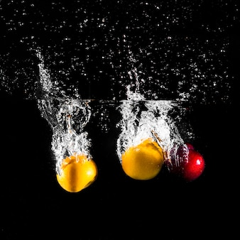 Frutas mergulhando na água