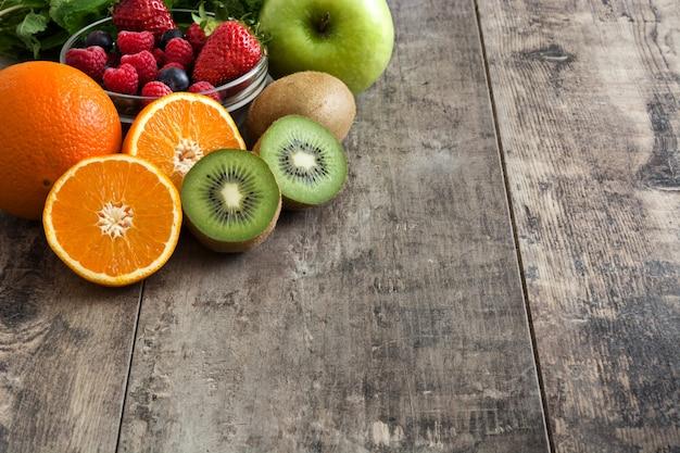 Frutas mistas em uma mesa de madeira rústica copiam o espaço