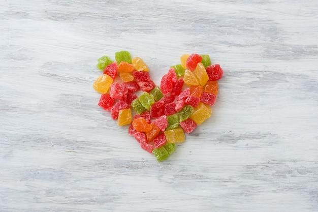 Frutas multicoloridas cristalizadas em forma de coração