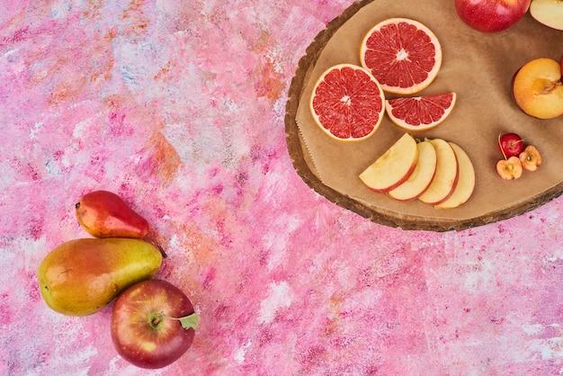 Frutas na bandeja de madeira.
