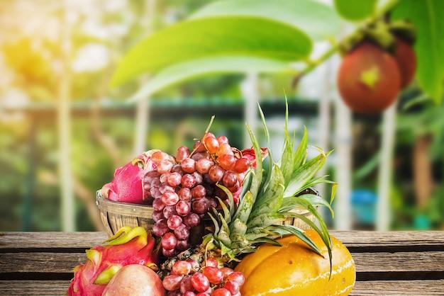 Frutas na madeira no jardim.