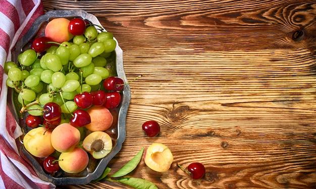 Frutas na mesa de madeira
