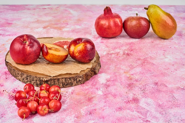 Frutas na placa de madeira rosa.