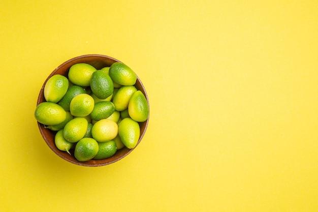 Frutas na tigela frutas verdes na tigela marrom