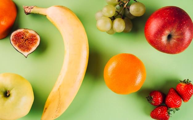 Frutas no fundo verde
