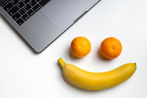 Frutas no local de trabalho. cara engraçada do sorriso com espaço da cópia.