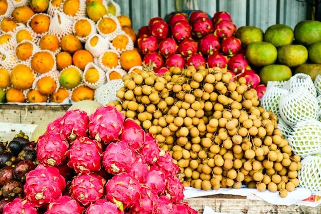 Frutas no mercado de rua para o turista, manga, laranja, longkong, longan, lichia, fruta do dragão