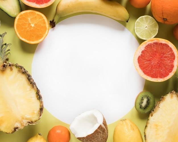 Frutas orgânicas e frescas de close-up em cima da mesa
