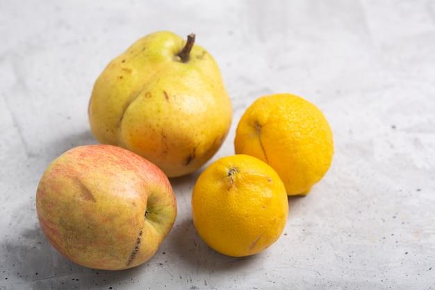 Frutas orgânicas feias na moda em cima da mesa