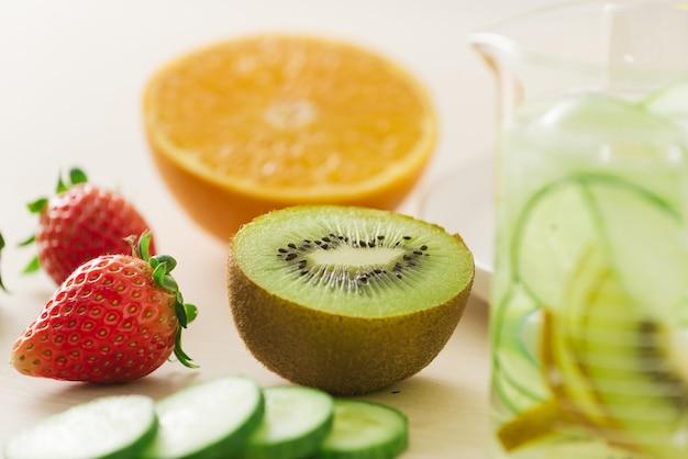 Frutas orgânicas frescas fatiadas preparadas para fazer água em infusão