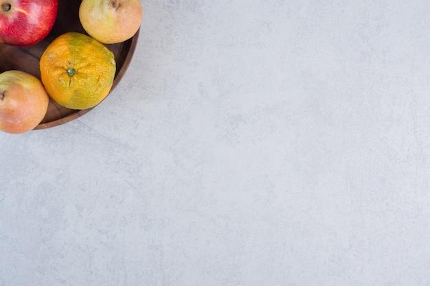 Frutas orgânicas frescas. suculenta tangerina e peras na placa de madeira.