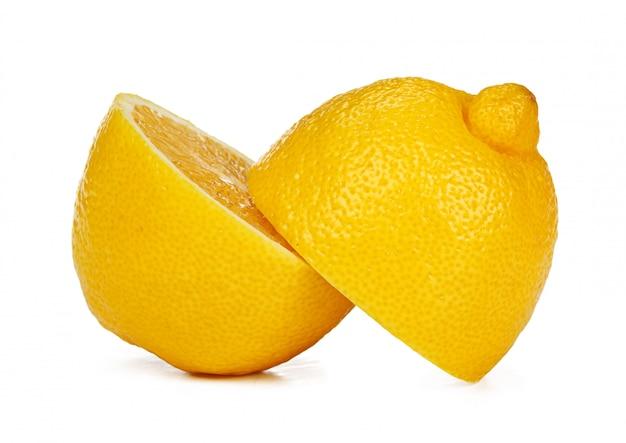 Frutas picadas de limão isoladas no fundo branco