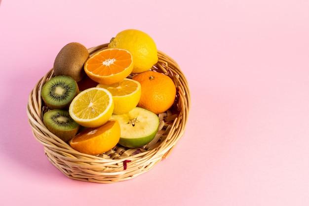 Frutas picadas em uma cesta de vime na mesa