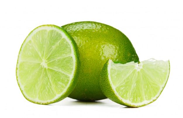 Frutas picadas limão isolado no fundo branco