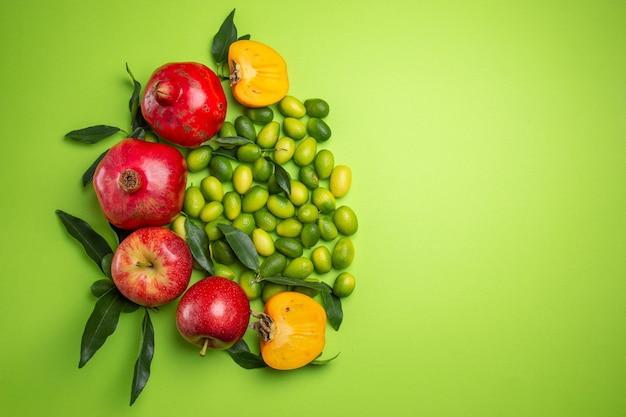Frutas romãs maçãs cítricas caquis