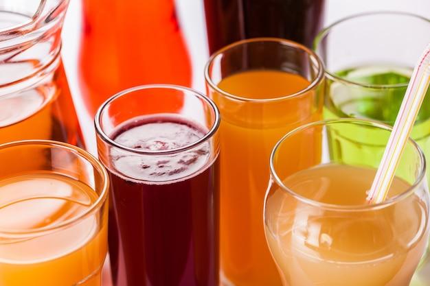 Frutas saborosas e sucos com vitaminas no fundo