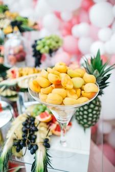 Frutas saborosas na mesa de férias para os hóspedes