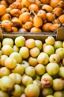 Frutas saudáveis orgânicas na tenda do mercado para venda