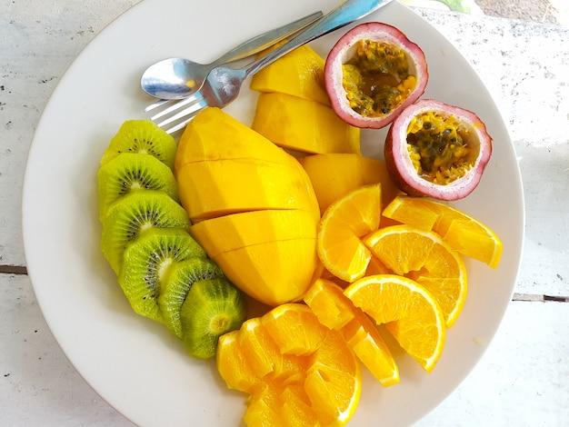 Frutas saudáveis servidas no prato shot horizontal