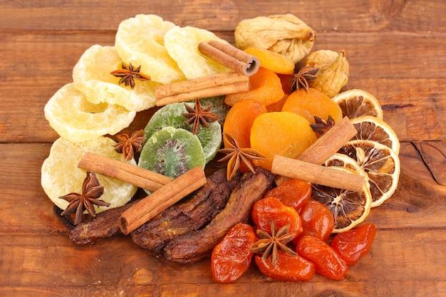 Frutas secas com estrelas de canela e anis em madeira